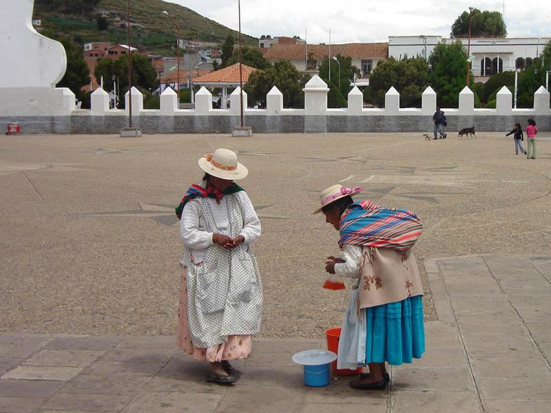 Bolivia, Copacabana, venditrice di bibite.