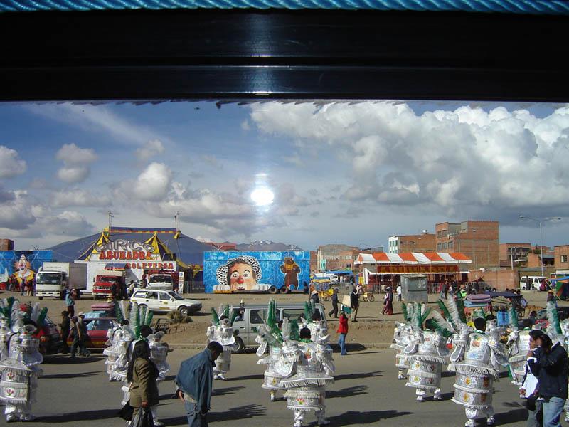Bolivia, dall'autobus, incontro col Carnevale.