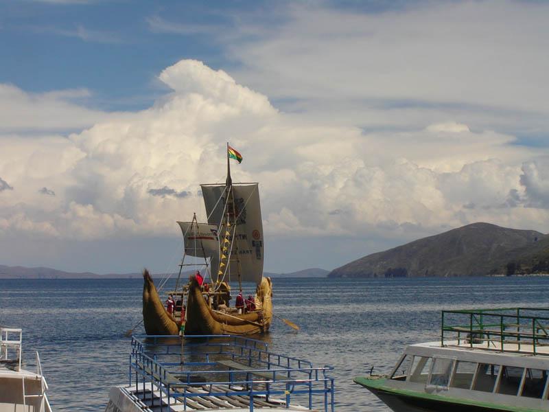 Bolivia, Barca di totora sul lago Titicaca.