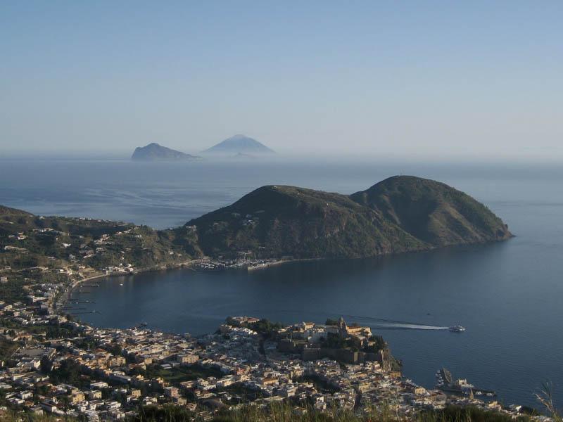 Eolie, panorama di Lipari, sullo sfondo Panarea e Stromboli.