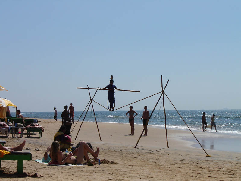 India, Goa - Funamboli in spiaggia.