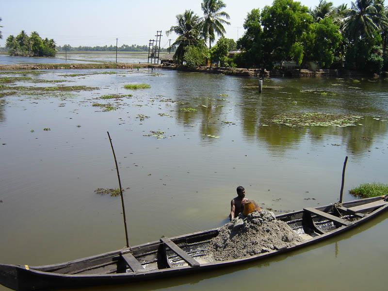 India, lavori in laguna.