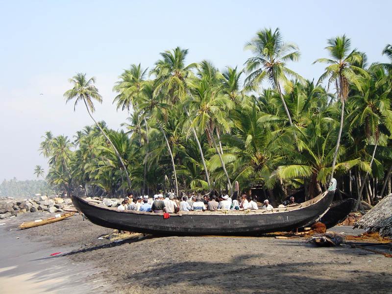 India, Warkala - Pescatori e barche a riva.