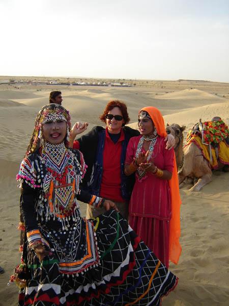 Jaisalmer, ragazze nomadi nei costumi tradizionali rajasthani.