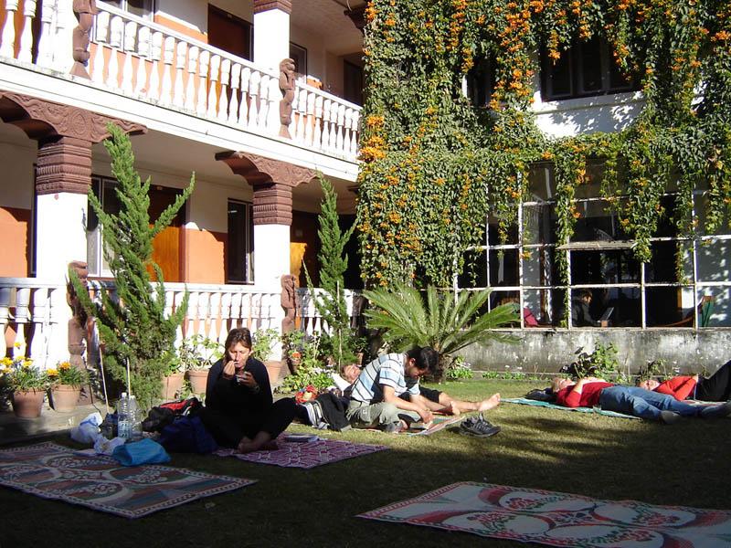 Nepal, Kathmandu, relax e solarium in cortile.