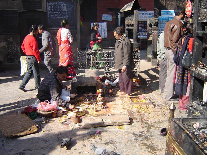 Nepal, Kathmandu, preparazione del Puja, offerta rituale.