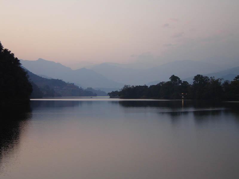 Nepal, il lago Phewa Tal a Pokhara.