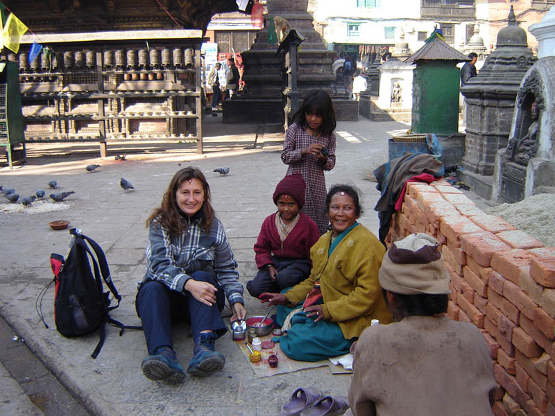 Nepal, Kathmandu, Anoeta entra nella comunità.