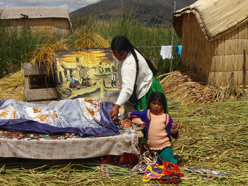Perù, Islas Uros - si apre bottega