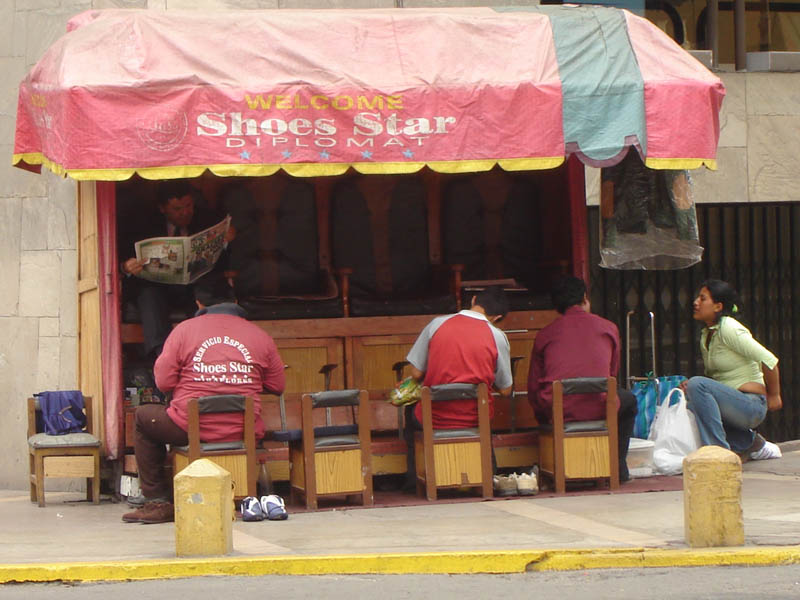 Perù, giornale e lustrascarpe