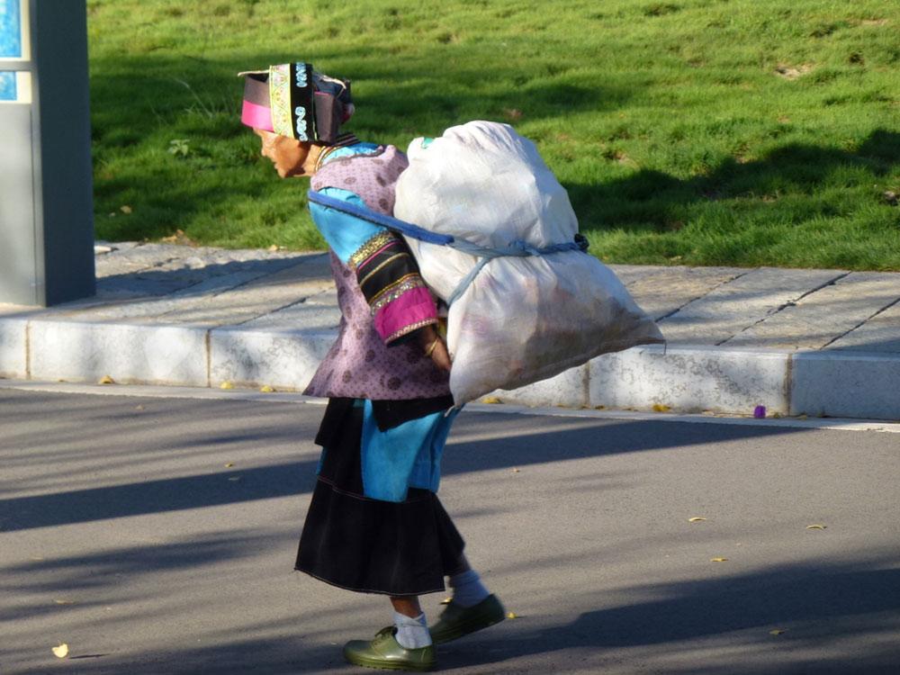 Yunnan, donna con sacco