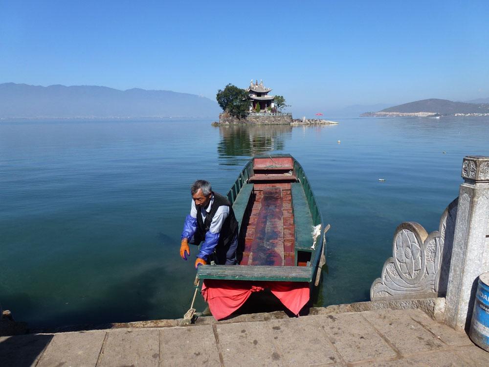 Yunnan, barcaiolo sul lago Erhai