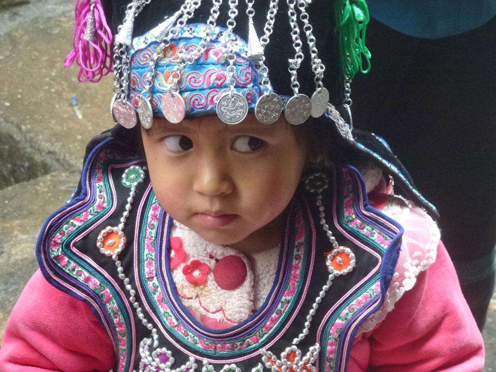 Yunnan, bimba in costume tradizionale