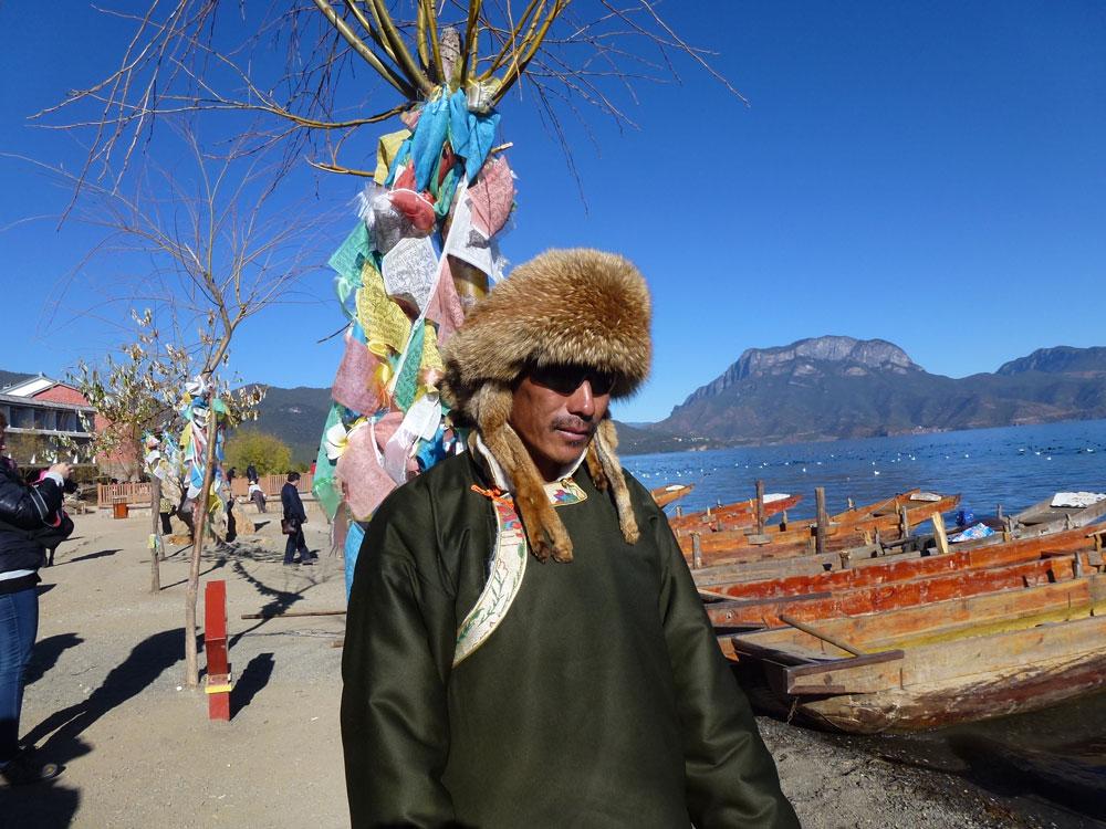 Yunnan, barcaiolo di Lugu Hu